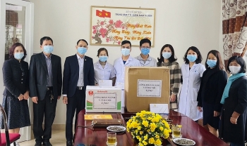 Thăm, động viên y bác sĩ, nhân viên y tế tuyến đầu phòng, chống dịch bệnh Covid-19