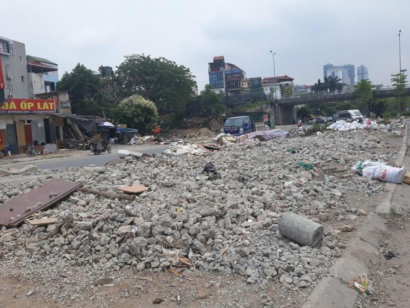 """Phế thải xây dựng """"bủa vây"""" đường Văn Cao"""