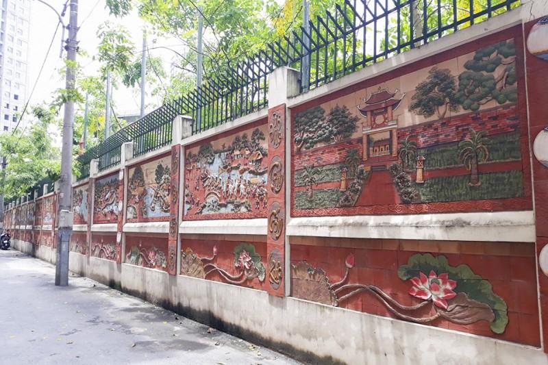 Cận cảnh bức tường gốm sứ ở Hà Nội