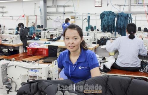 Nữ công nhân may không ngừng cố gắng trong công việc