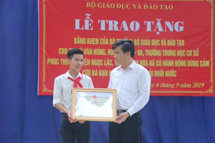 tang bang khen nam sinh cuu 3 hoc sinh duoi nuoc