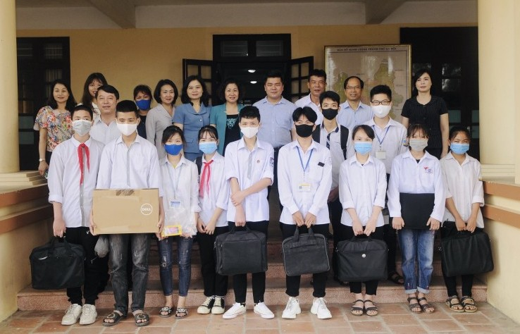 Hỗ trợ thiết bị học tập cho 54 học sinh có hoàn cảnh khó khăn