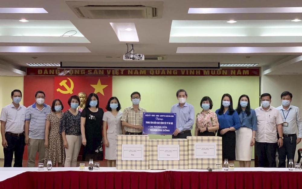 Lãnh đạo quận Ba Đình thăm, tặng quà cán bộ Trung tâm Kiểm soát bệnh tật thành phố Hà Nội
