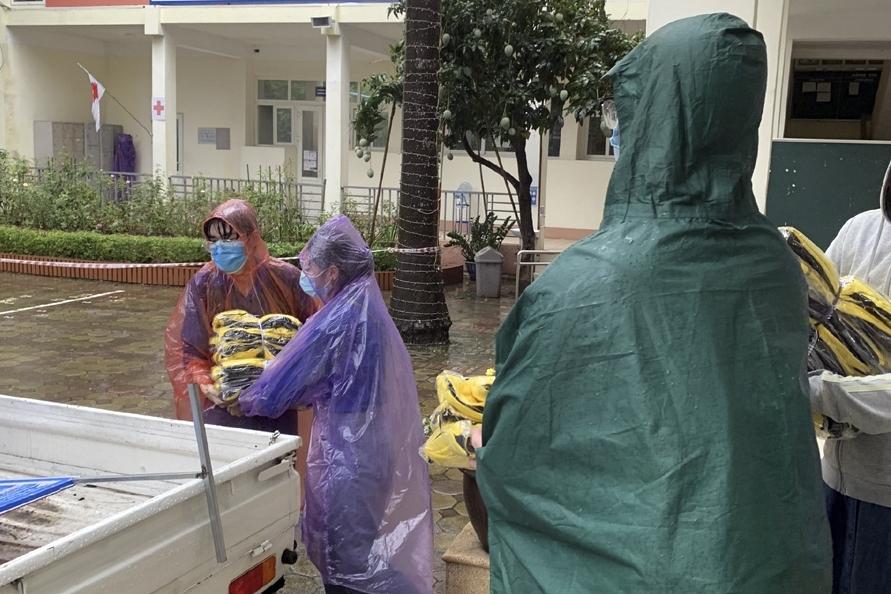 Kịp thời huy động đồng phục cho thí sinh bị mưa ướt để không bị ảnh hưởng đến sức khỏe