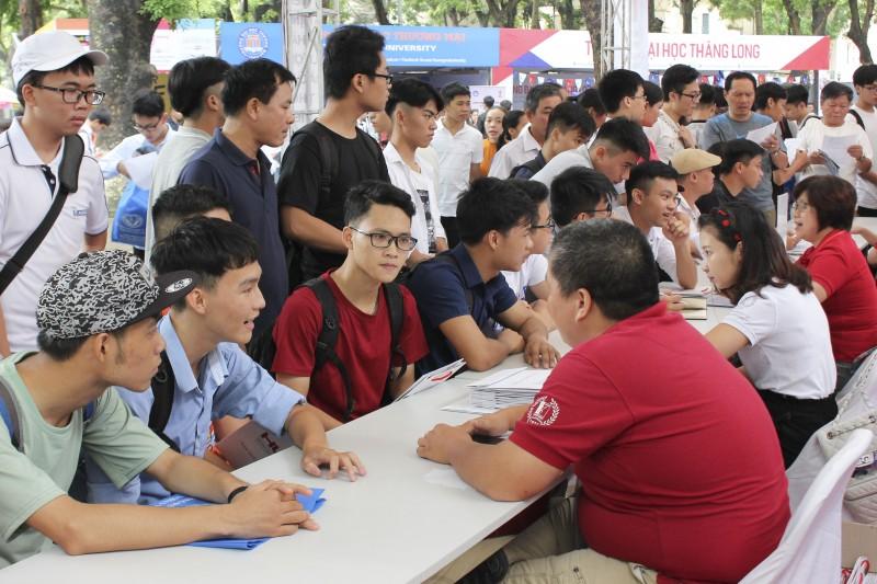 Hàng nghìn thí sinh tham dự Ngày hội tư vấn xét tuyển năm 2018