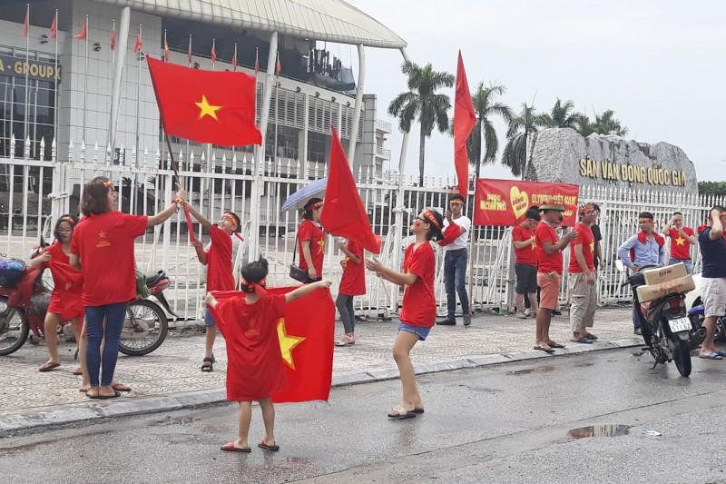 """Cổ động viên Thủ đô háo hức chờ cổ vũ Olympic Việt Nam vượt """"ải"""""""