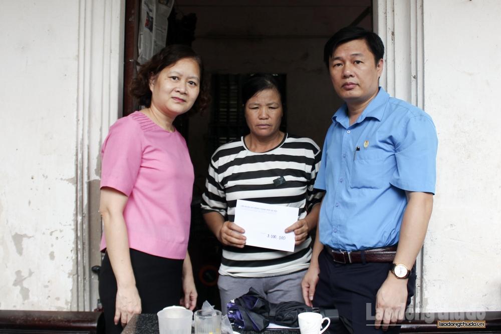 Liên đoàn Lao động thành phố thăm, trao hỗ trợ gia đình 4 nạn nhân tử vong do sập giàn giáo
