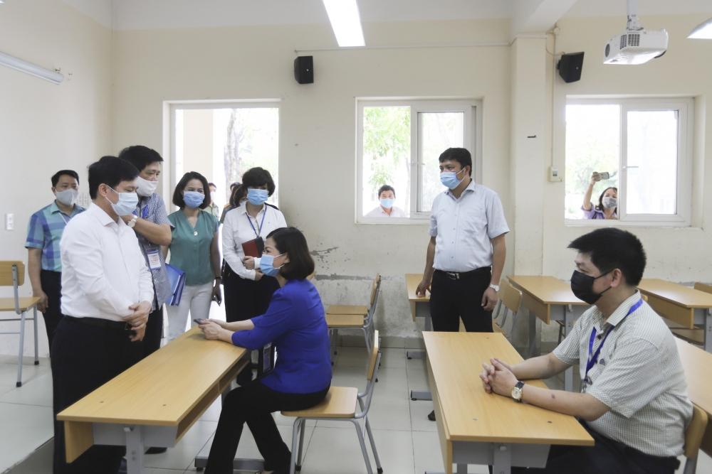 Kiểm tra công tác chuẩn bị tổ chức kỳ thi tốt nghiệp THPT tại quận Long Biên
