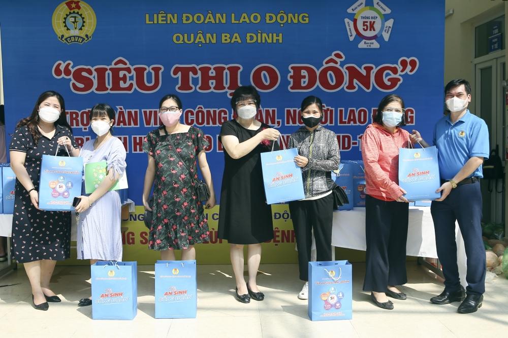 Gần 200 suất quà đến tay giáo viên, nhân viên mầm non tư thục quận Ba Đình