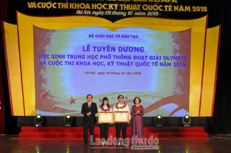 2 hoc sinh duoc trao huan chuong lao dong hang ba
