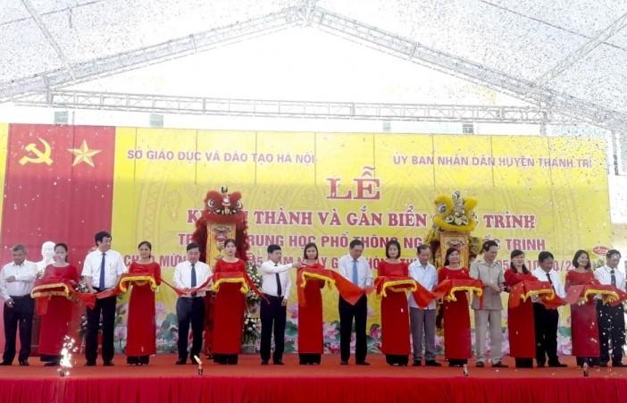 Gắn biển công trình Trường Trung học phổ thông Nguyễn Quốc Trinh
