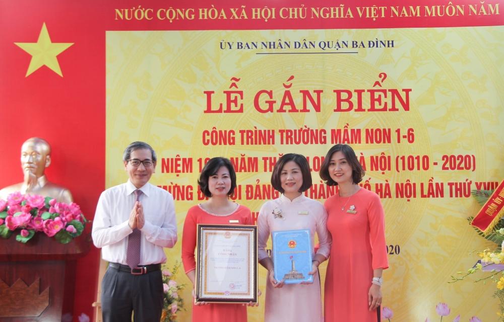 Gắn biển hai công trình chào mừng Đại hội Đảng bộ thành phố Hà Nội lần thứ XVII