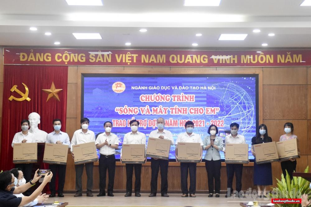 Thêm 85 học sinh được tặng thiết bị học trực tuyến
