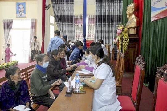 Bệnh viện E: Khám bệnh và trao quà cho người dân vùng thiên tai
