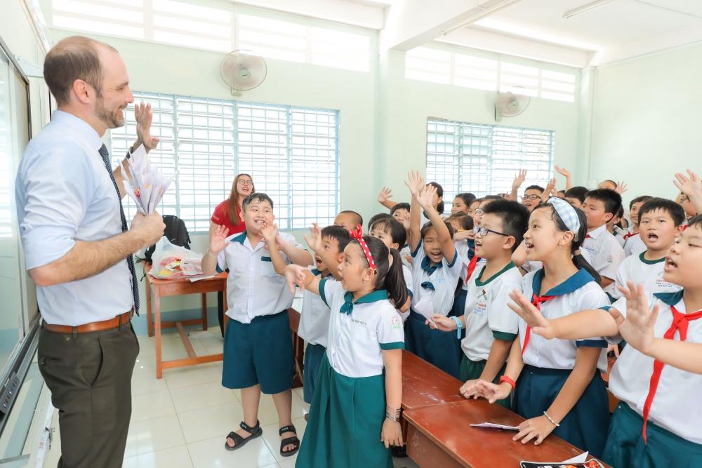 Trao tặng gần 3.300 đầu sách cho học sinh tiểu học tỉnh Vĩnh Long