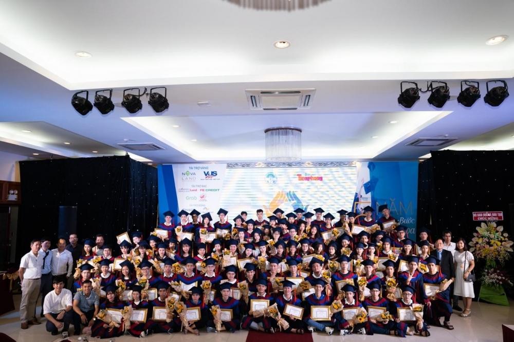 Trao tặng học bổng cho 85 tân thủ khoa