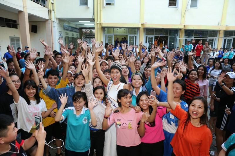 Hoa hậu H'Hen Niê trao học bổng cho học sinh trường cũ