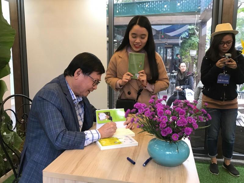 Hàng trăm độc giả trẻ xếp hàng gặp nhà văn Nguyễn Nhật Ánh