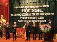 Nhân dân và cán bộ quận Nam Từ Liêm nhận Cờ thi đua xuất sắc của Chủ tịch UBND TP Hà Nội