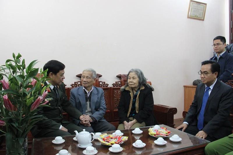 Lãnh đạo Thành phố thăm, chúc Tết gia đình chính sách quận Nam Từ Liêm