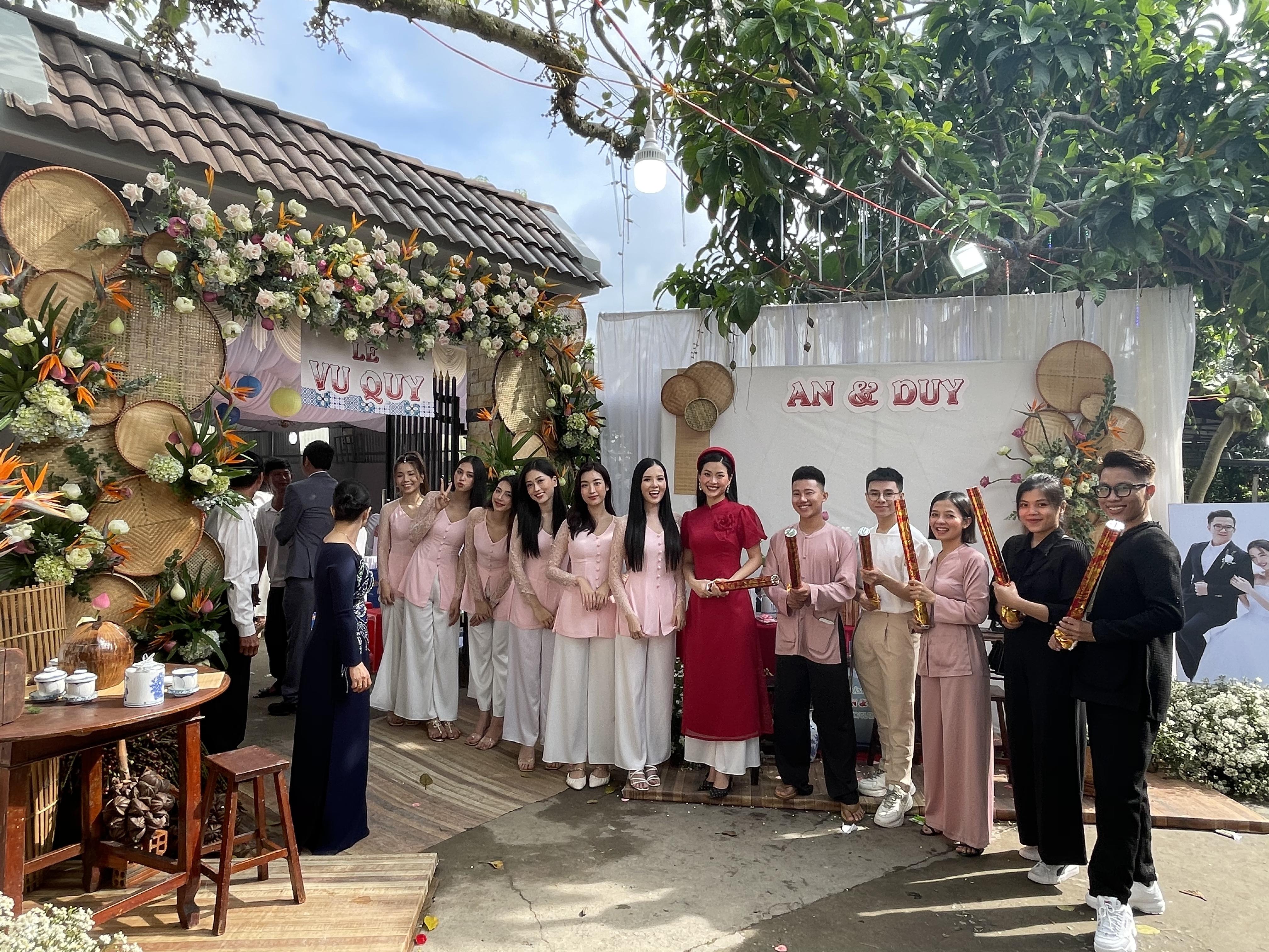 Đám cưới Á hậu Thuý An: Chú rể ngồi xuồng rước dâu, cô dâu đeo vàng trĩu cổ