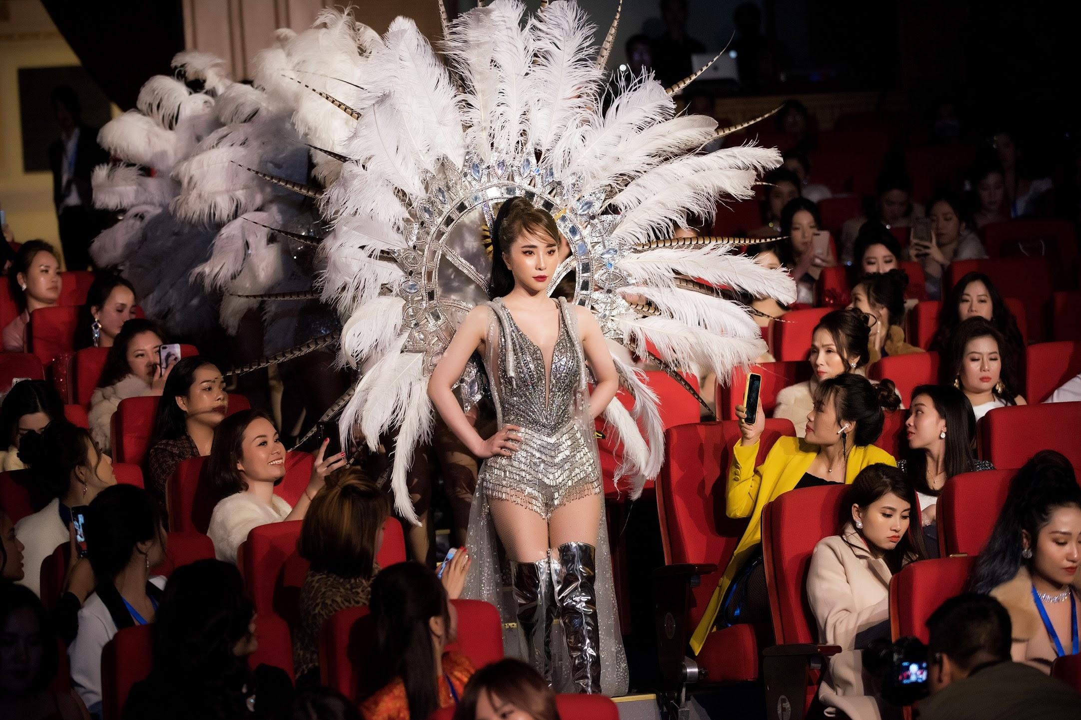Quỳnh Nga khoe ba vòng hoàn hảo trong trang phục bó sát
