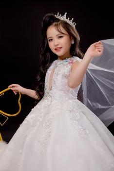 Dàn mẫu nhí hội tụ tại show diễn thời trang The Glory của nhà thiết kế Nguyễn Minh Tuấn