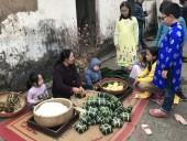 Trẻ nhỏ Thủ đô thích thú trải nghiệm gói bánh chưng
