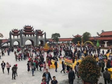 Tấp nập đi lễ chùa Ba Vàng cầu may