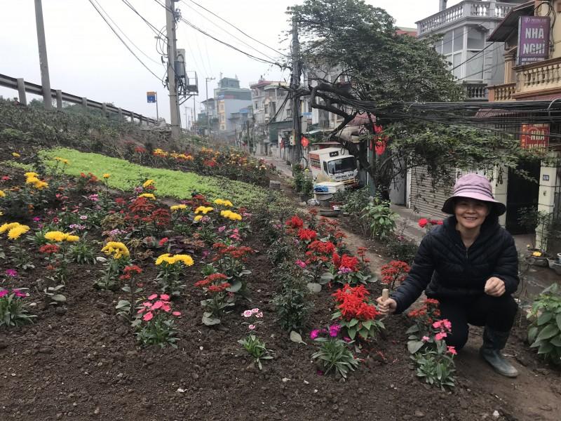 Những luống hoa rực rỡ 'nở' ra từ bãi rác tự phát