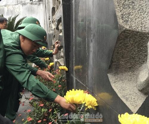 Tân binh quận Tây Hồ làm lễ dâng hương tại di tích Nhà tù Hoả Lò