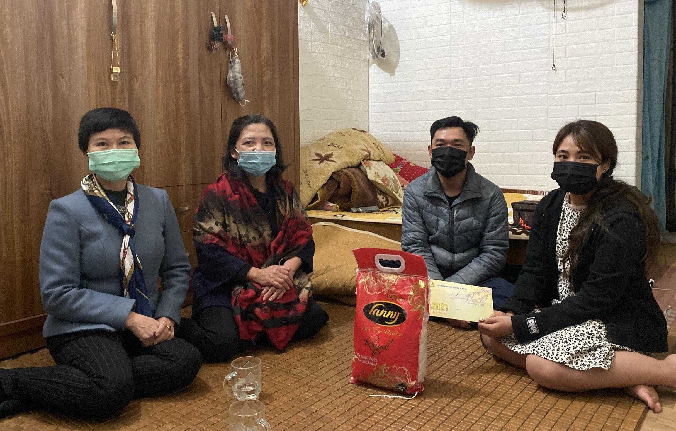 Liên đoàn Lao động quận Hai Bà Trưng thăm, tặng quà công nhân lao động không về quê đón Tết