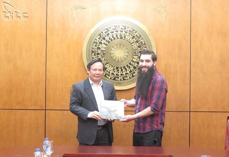 Đạo diễn,  Đại sứ Du lịch Jordan Vogt-Roberts sẽ sản xuất phim ngắn về Việt Nam