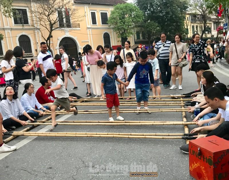 Những bạn trẻ 'hồi sinh' trò chơi truyền thống ở phố đi bộ hồ Gươm