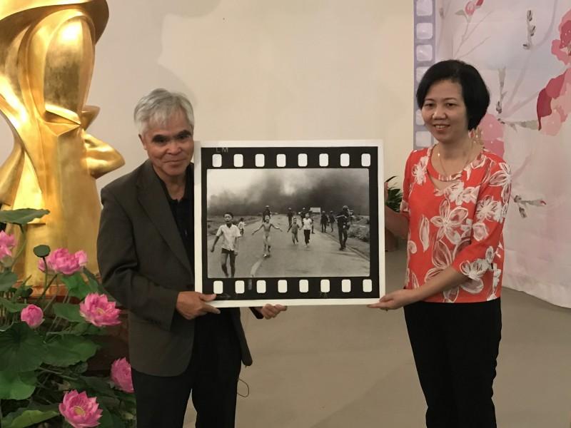 Nhiếp ảnh gia Nick Út tặng hiện vật chiến tranh cho Bảo tàng Phụ nữ Việt Nam