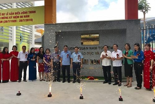 Gắn biển công trình chào mừng 90 năm Ngày thành lập Công đoàn Việt Nam