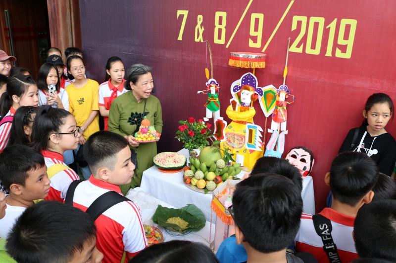 Trẻ em Thủ đô thích thú khám phá mâm cỗ Trung thu