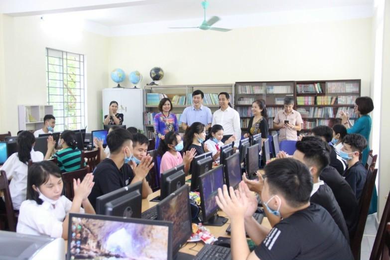 Trẻ em Làng trẻ Birla Hà Nội hân hoan nhận những chiếc máy tính nghĩa tình