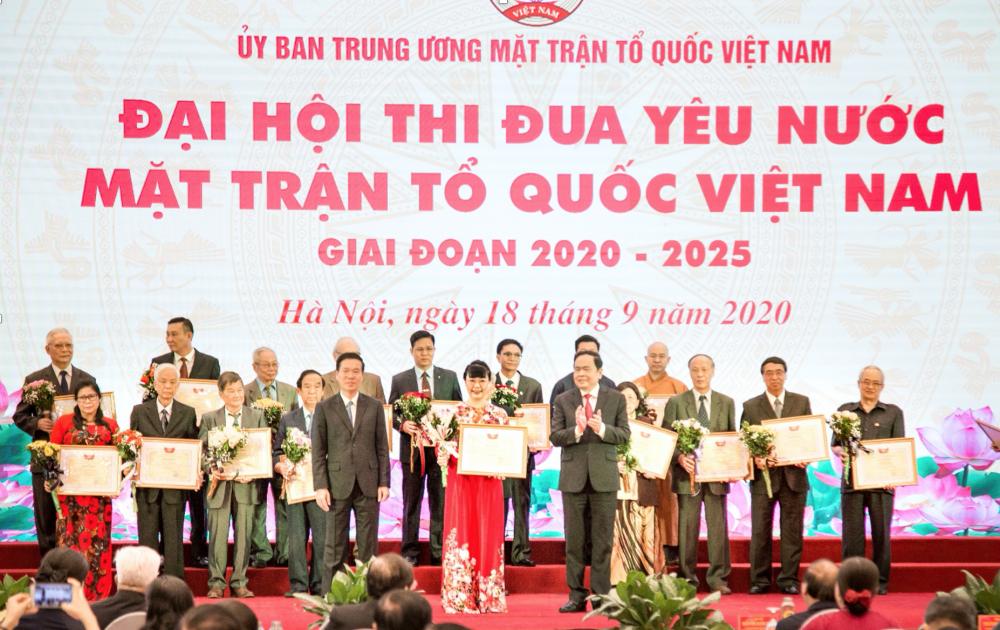 Chủ tịch HĐQT TNG Holdings Vietnam nhận bằng khen của Ủy ban Trung ương MTTQ Việt Nam