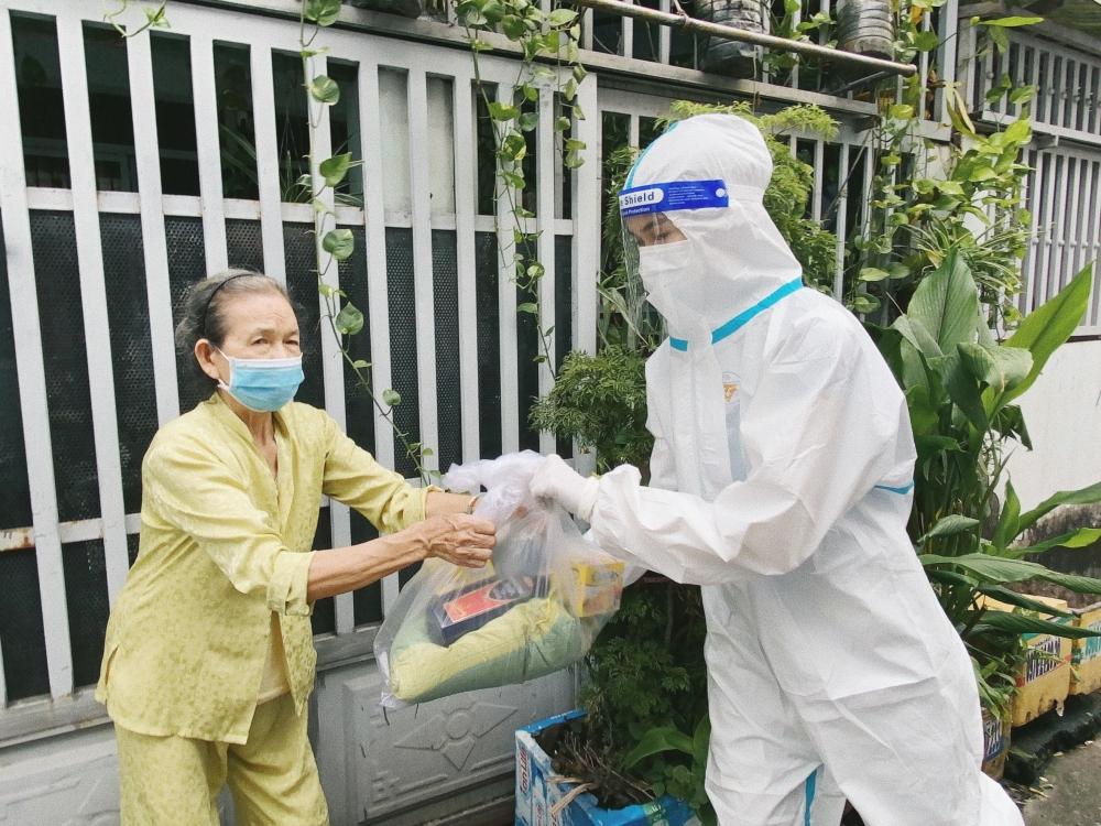 Tiểu Vy, Phương Anh mặc đồ bảo hộ tiếp tế lương thực cho người nghèo