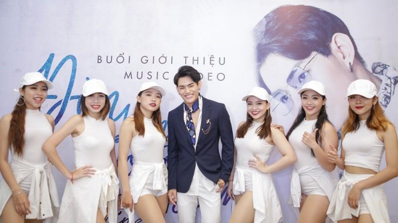 Học trò Tăng Nhật Tuệ ra mắt MV 'Đèn lồng đom đóm'