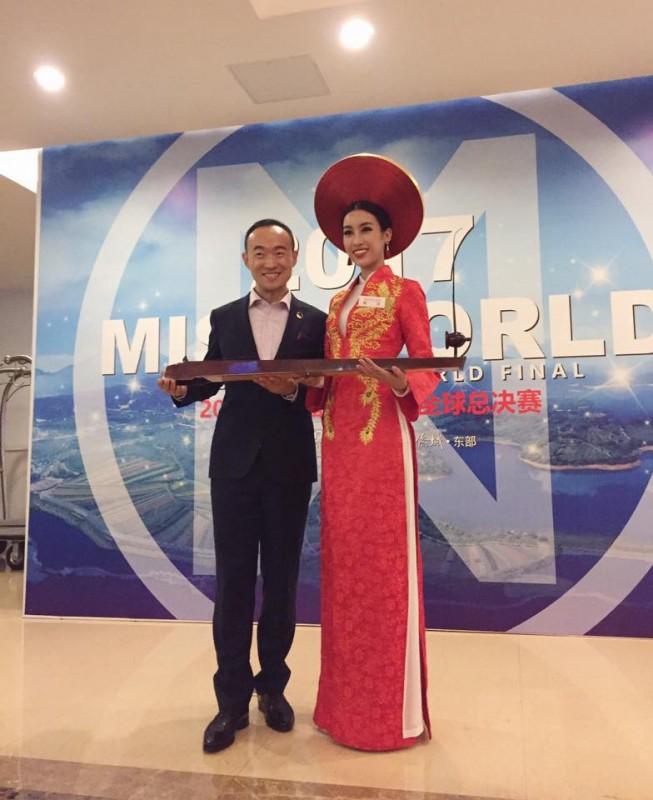 Hoa hậu Mỹ Linh chơi đàn bầu tại Miss World