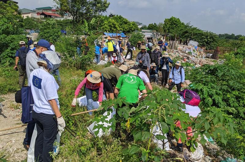 200 tình nguyện viên dọn rác tại chân cầu Long Biên và sông Hồng