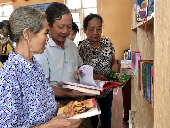 Nhân dân xã Đồng Tâm háo hức đón nhận tủ sách mới