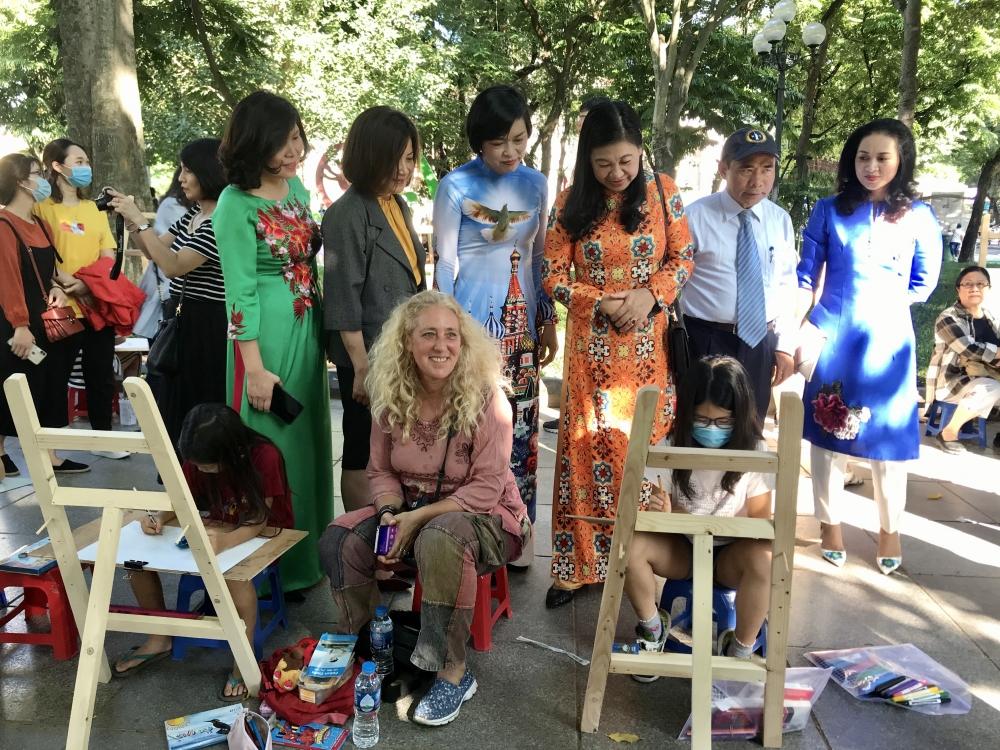 """300 thiếu nhi Thủ đô và quốc tế tham gia vẽ tranh """"Em yêu Hà Nội - Thành phố vì hòa bình"""""""