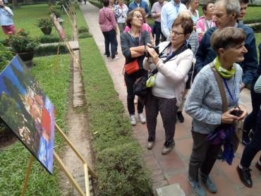 Triển lãm Thu Vọng Nguyệt thu hút khách du lịch nước ngoài