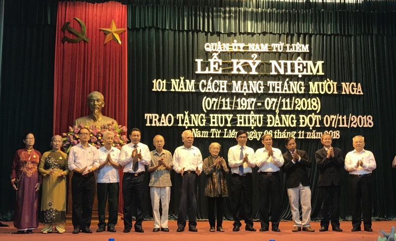 Quận Nam Từ Liêm trao tặng 94 Huy hiệu Đảng
