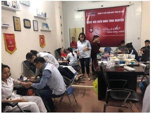 Cán bộ, nhân viên Công ty CP Máy tính Hà Nội tham gia hiến máu