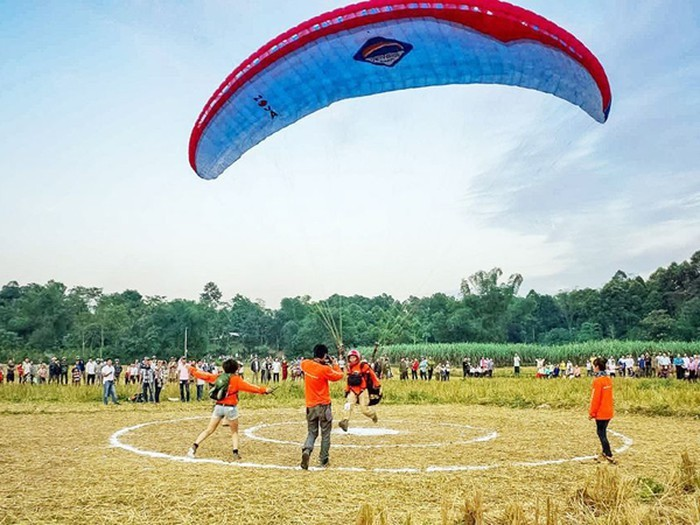 Nhiều phi công quốc tế tham gia Giải dù lượn hạ cánh chính xác Hà Nội mở rộng 2019