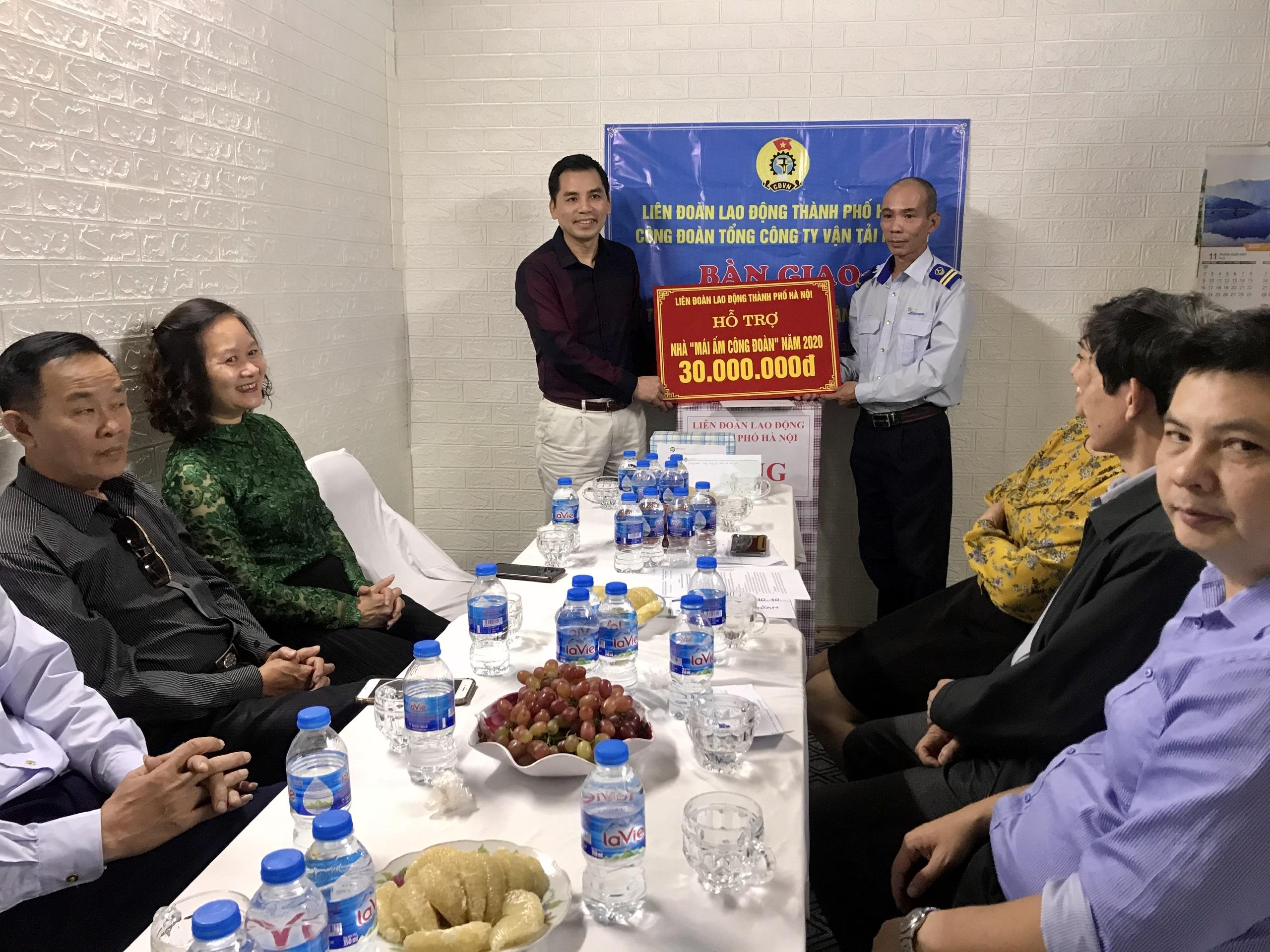 Đoàn viên Công đoàn Tổng Công ty Vận tải Hà Nội được trao